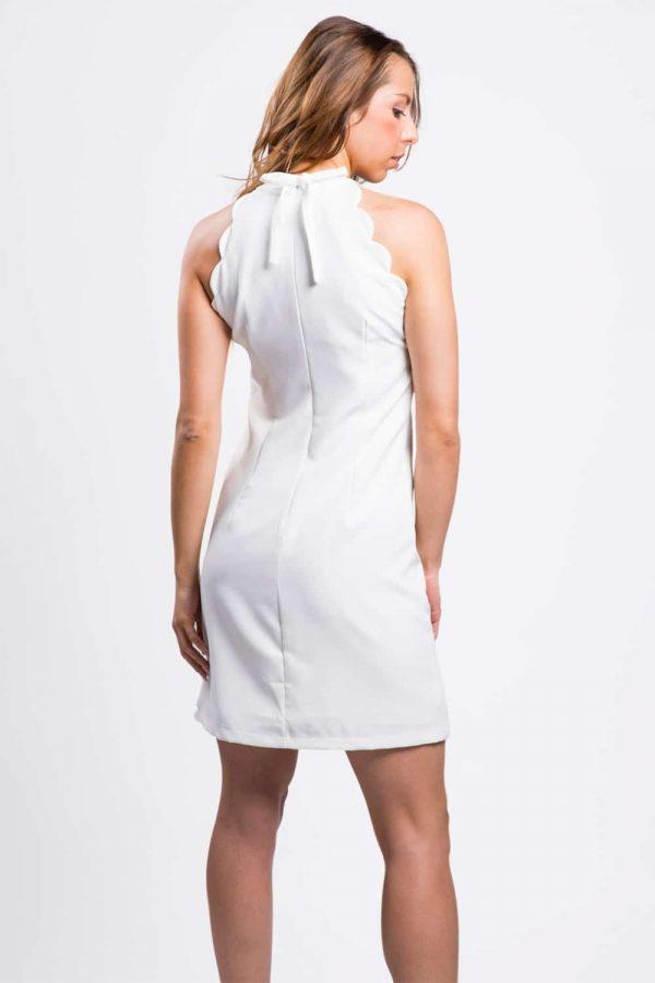 belle-robe-blanche-ondulée-au-bras