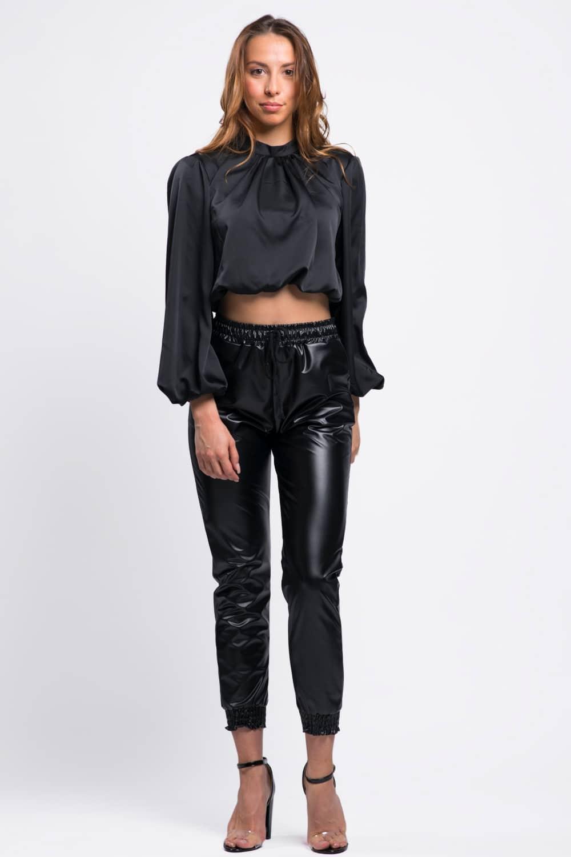 blouse-courte-ras-du-coup-satinée-noir